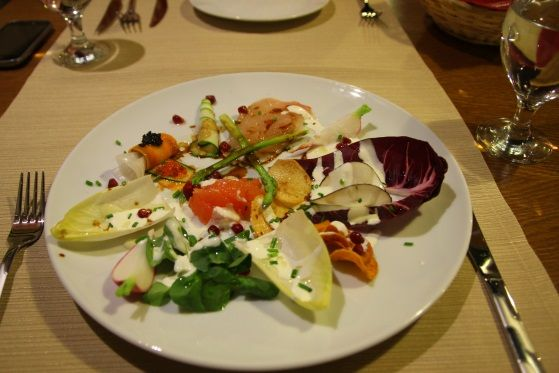 Salată Gourmet cu andive, rodie, grapefruit, sparanghel și dressing cu iaurt de capră și lămâie