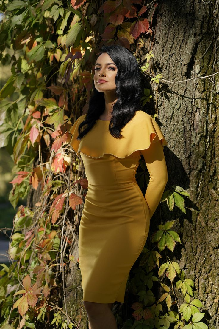 Autumn is the color season and we have an extra reason to wear dresses in happy and vibrant shades. The yellow Lana dress is ideal for an elegant fall outfit.
