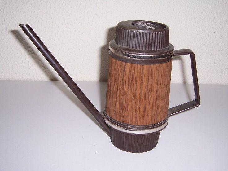 Authentieke vintage bruine gieter met goudkleurige biezen  in houtlook, 70-er jaren.