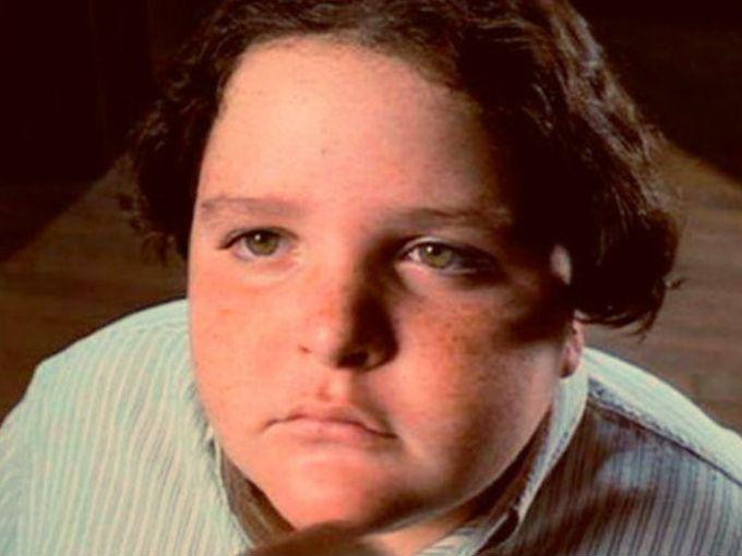 Seguramente recuerdas la escena del niño que se come el gran pastel de chocolate en la película Matilda, pues ahora es todo un galán.Jimmy Karz, el actor que le dio vida al personaje hace veinte años, se retiró de la actuación poco después del papel por el que lo recordamos.