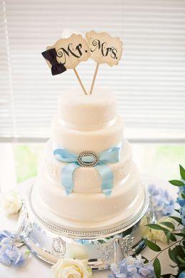 Torta a piani semplice in avorio decorata da un nastro e dallo spillo della mamma, #toppercake fai da te
