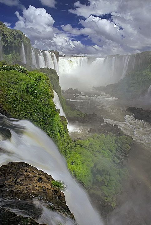 Panoramica desde Brasil, Cataratas de Iguazu - Iguazu Falls. I will be here someday...I've dreamed of it since I saw it in a movie when I was little.