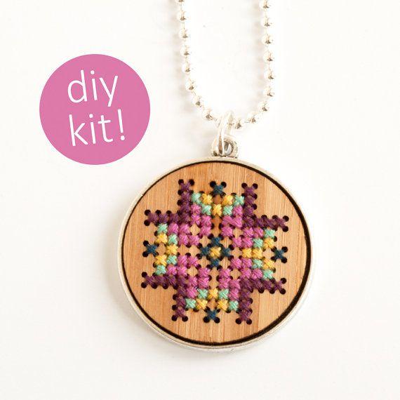 DIY Cross Stitch sieraden / / geborduurde hout ketting in zilver Frame / / DIY Kit