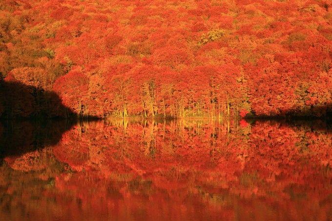 南米・ボリビアにある、天空の鏡と呼ばれている「ウユニ塩湖」 行ってはみたいものの、日本の裏側にあるボリビアに行くのに時間もお金もかかるので断念してしまう人も多いと思います。しかし日本にもウユニ塩湖が存在するのです! 日本の「天空の鏡」6選をご紹介します。