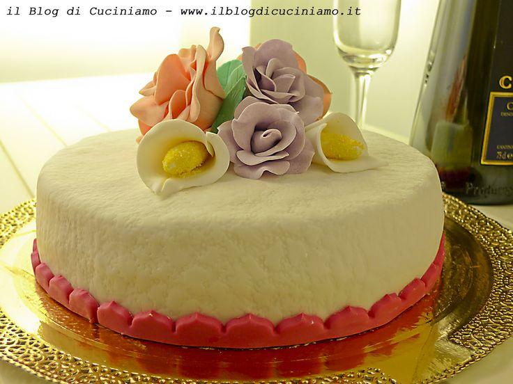 Torta decorata alla panna e fragole www.ilblogdicuciniamo.it