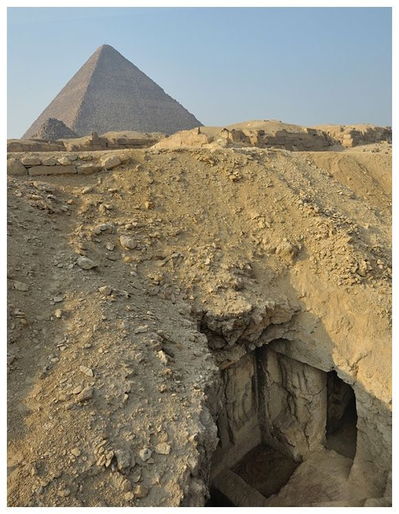 Una pintura, que se remonta más de 4.300 años, descubierta en la tumba de un sacerdote, sólo 1.000 pies. Al este de la Gran Pirámide de Giza en Egipto representa escenas de la vida antigua. Muestra escenas vivas de la vida, incluyendo los barcos que navegan hacia el sur por el río Nilo, un viaje de caza de aves en un pantano y un hombre llamado Perseneb que ha demostrado con su esposa y el perro. Fue descubierto en 2012 por el Instituto de Estudios Orientales de la Academia Rusa de Ciencias.