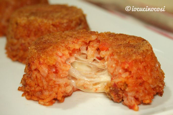 I tortini di riso al sugo sono degli sformati saporiti, preparati con riso condito con sugo di salsiccia e funghi e con un cuore di mozzarella filante.