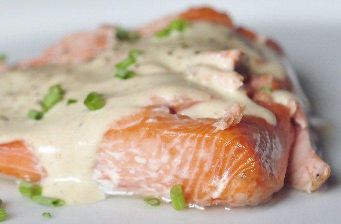 Запеченный лосось: замаринуйте филе лосося в смеси из имбиря, чеснока, чили, соли, уксуса (1 ч. л.), воды и масла. Добавьте в маринад немного кардамона, корицы, гвоздики и оставьте минимум на час. Затем возьмите стакан йогурта, закиньте туда все те же приправы (чили, кардамон, чеснок, корицу, гвоздику и молотый имбирь), масло и соль, залейте этим рыбу и запекайте в духовке 20–25 минут при 250 градусах. Соус: йогурт, лук, помидор, перец чили и мята, тмин, кориандр и черный перец.