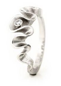 Dione - sormus, AU3. Design Anu Kaartinen. Valkokulta, timantti. Saatavana myös hopeisena, ilman timantteja AU3 Kultasepät, Kiseleffin talo, Unioninkatu 27, Helsinki - www.au3.fi