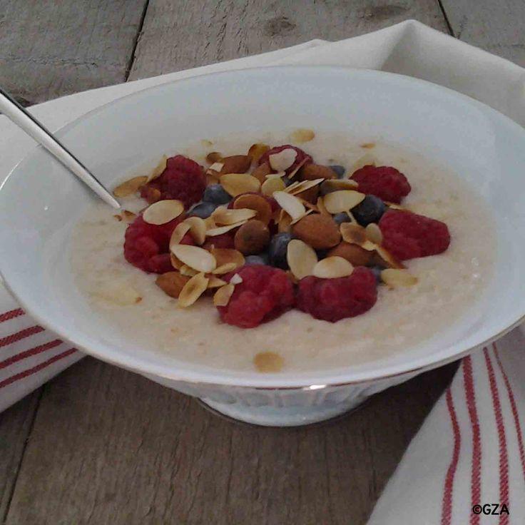 Havermoutpap met frambozen, blauwe bessen en amandelen. #glutenvrij #lactosevrij #koemelkvrij #sojavrij #fructosearm