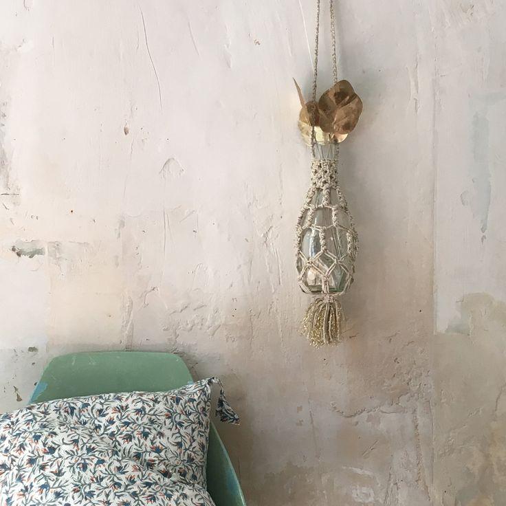 Pièce unique créée par notre atelier du maroc , à partir d'une bouteille recycléeTravail de macramé en coton et lurexDimensions longueur 50cm bouteille 32 cm