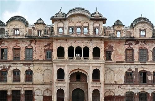 Qila Mubarak has two main parts, which were built by two royals. One of them is Qila Androon i.e. the interior portion, built by Maharaja Ala Singh. The other part of the palace is Qila Mubarak, which is between Qila Androon and the outer walls, build by Maharaja Karam Singh.
