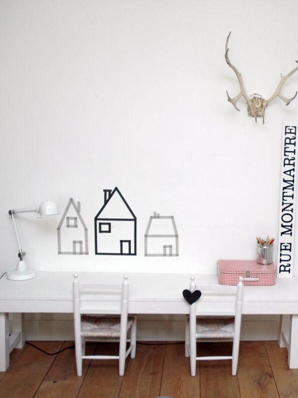 Maak zelf een leuke speelhoek voor je kinderen. Het hoeft helemaal niet moeilijk. Maak de huisjes van maskingtape op de muur.