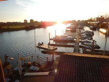 De pontonboot NL2221 is 3 meter breed en 7 meter lang en is gemonteerd op twee drijvers van rond 400 mm. Het pontondek ligt vrij laag boven het water, een laag vrijboord noemen we dat. Dit ponton is makkelijk te varen en te manoeuvreren en is ook geschikt als drijvend terras. Het drijfvermogen of deklast is maximaal 790 kg. Bij een varend ponton adviseren wij om de deklast te beperken tot 400 kg. Wilt u een hoger drijfvermogen kies dan voor het type NL2241. #ponton-boot #pontonboten