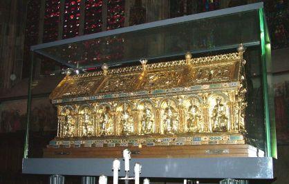 CHARLEMAGNE OU CHARLES Ier - Tombes 2) La Chasse.- Otton s'empara de la croix d'or suspendue au cou avec quelques fragments de vêtements qui n'étaient pas pourris et laissa le reste avec une grande vénération. En 1165, Frédéric Barberousse demanda à l'antipape Pascal III de canoniser Charles. En 1166, il fit transférer les ossements dans une grande châsse d'argent qu'on plaça sur l'autel lieu réservé aux saints, où ils furent oubliés.