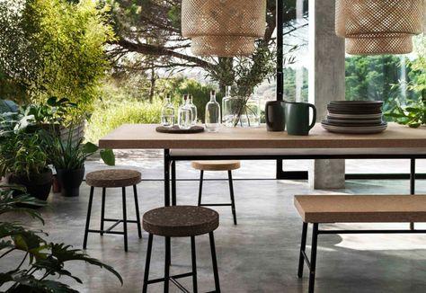 La collezione Sinnerlig di Ikea è pensata in collaborazione con la designer Ilse Crawford. Il tavolo scrivania in truciolare, sughero e acciaio è pensato come tavolo da pranzo e da usare per lavorare nel resto della giornata. «Ho creato questa sorta di amaca sotto il piano, dove posso appoggiare le cose senza metterle per terra», dice la designer