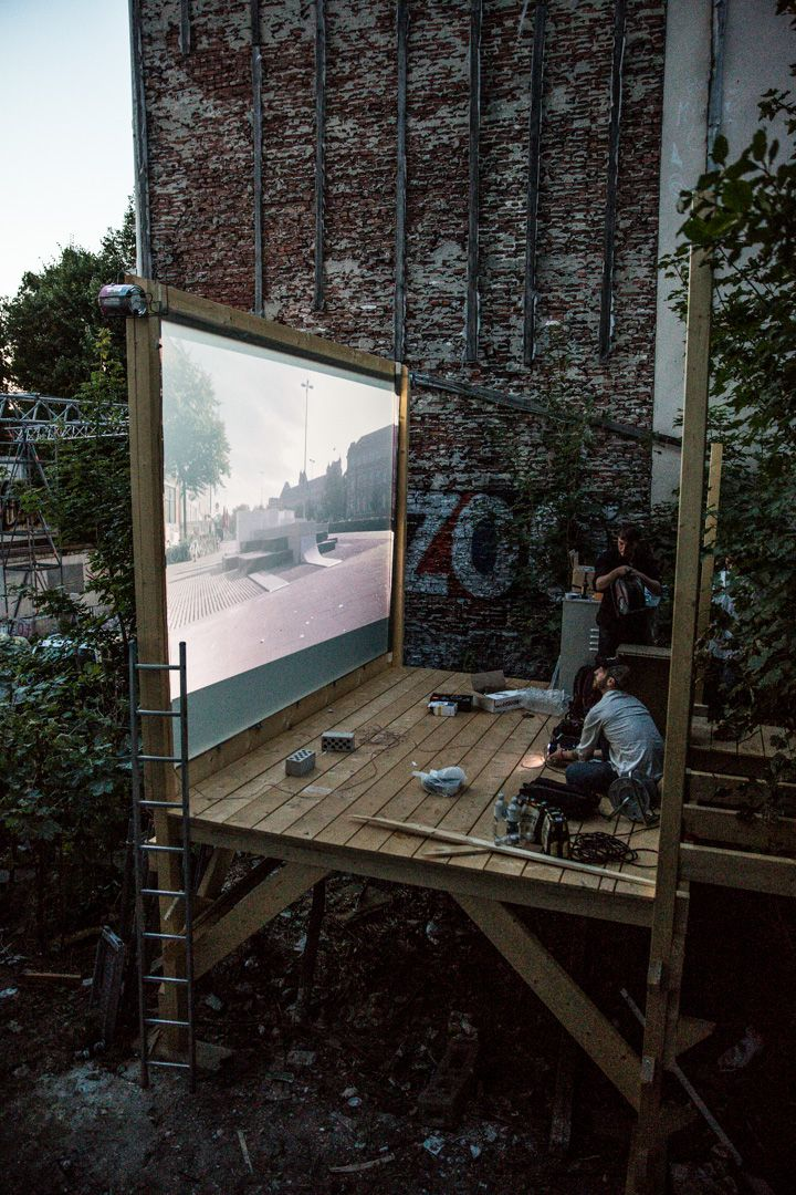 In Hamburg (Germany) nearly at the end of Summer, the artist group We Are Visual turned a vacant lot in Laeiszstrasse 18 into an outdoor projection room with Galerie Genscher Plateau project. Free screenings for passers-by and cinema-goers.