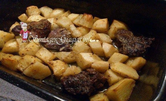 Υλικά 1 και 1/2 κιλό μοσχάρι 10 μέτριες πατάτες 6 κουταλιές της σούπας ελαιόλαδο 2 κουταλιές της σούπας μουστάρδα 2 κουταλιές της σούπας ανθόμελο 2 κουταλάκια του γλυκού πάπρικα γλυκιά λίγο πιπέρι καγιέν χυμό από 1/2 λεμόνι αλάτι, πιπέρι ρίγανη 1 φλιτζάνι του τσαγιού κρέμα γάλακτος προαιρετικά