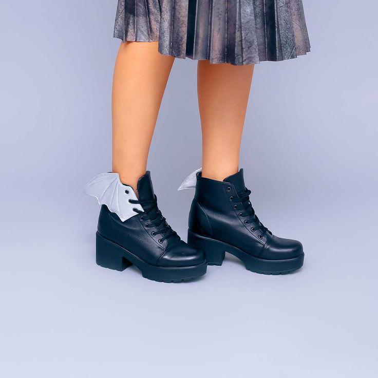 Ghete de damă Mineli Lana Wingsdin piele naturală accesorizate cuaripi,perfecte pentru sezonul de toamna.Sunt ușor…