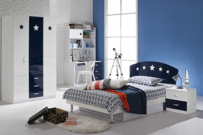 chambre d'ado garçon, tapis blanc en fourrure, meubles en blanc et bleu