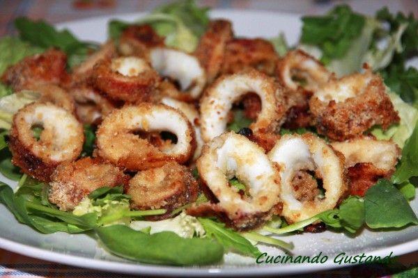 I Calamari impanati al forno sono uno squisito secondo piatto molto semplice e veloce da preparare. Leggeri e saporiti quasi quasi sembrano fritti!