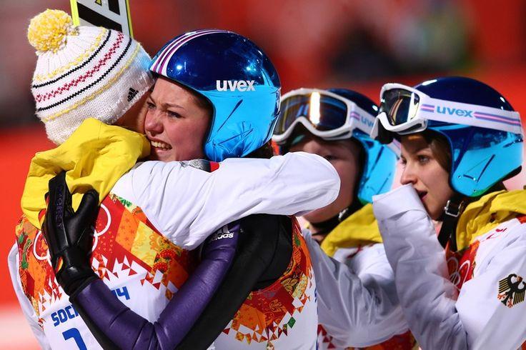 Carina Vogt ist die erste Skisprung-Olympiasiegerin der Geschichte. Die 22-Jährige holt sich überraschend Gold in Sotchi 2014