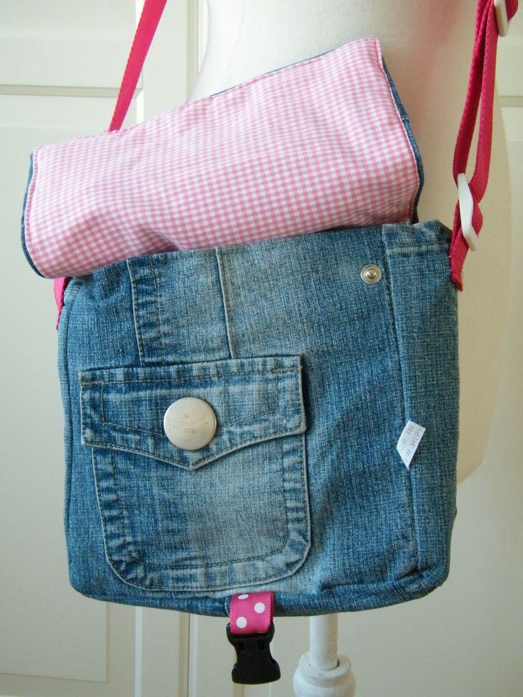 Stoere spijkerstof tas, van jeans en roze ruitjes, met handig binnenvakje en bekerhouder en festonhaak voor je sleutels van HipinStof.nl Schooltas, schoudertas. Gemaakt van oud spijkerjasje