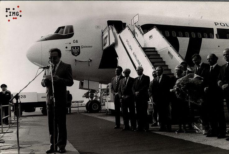 """Kiedy pod koniec 1988 r. PLL LOT otrzymały zgodę na zakup samolotów produkcji amerykańskiej typu Boeing, zdecydowano, że będą one nosiły nazwy ważnych polskich miast, a rodzicami chrzestnymi będą wyjątkowe postacie z nich pochodzące. Pierwszy egzemplarz Boeinga B-767 200ER otrzymał imię """"Gniezno"""" a matką chrzestną została pani dr Gabriela Mikołajczyk, dyrektor Muzeum Początków Państwa Polskiego w Gnieźnie w latach 1968-1980. Chrzest samolotu odbył się na lotnisku Okęcie 27 kwietnia 1989 r. W…"""