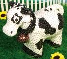 een glamour-koe  neem een piepschuim koe en versier deze met pailletten