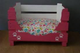 Maak zelf een mandje voor je kat of hond. Benodigdheden: (fruit)kistje, zaag,schuurpapier,verf en een kleedje/kussentje.