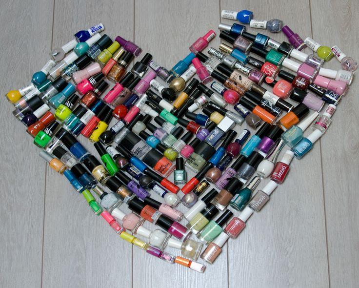 DIY: selfmade nagellak hart met potjes nagellak.