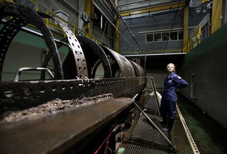Dos científicos trabajaron durante 17 años en separar los residuos, el óxido y el barro de la estructura del submarino. En ese proceso hallaron los restos del marino Frank Collins. En la foto la conservadora Anna Funke (AP)
