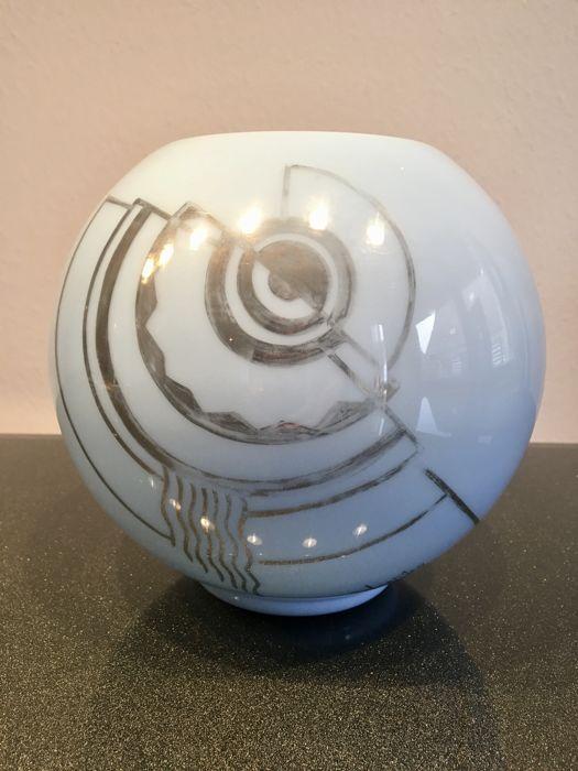 """Vermer - hemelsblauw bal vaas met zilver Art Deco motief  Hemelsblauw bal vaas met zilver Art Deco motiefondertekende """"VERMER"""" Frankrijk ca. 1940Diameter: 19 cmHoogte: 18 cm.Kleine bultjes op de bovenste randLicht schuren van het zilver Art Deco motief  EUR 1.00  Meer informatie"""