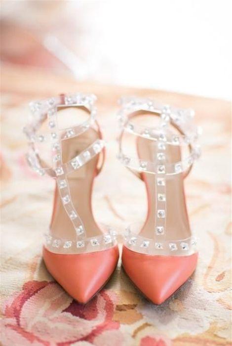 zapatos en tono coral de valentino. te lo contamos todo sobre el