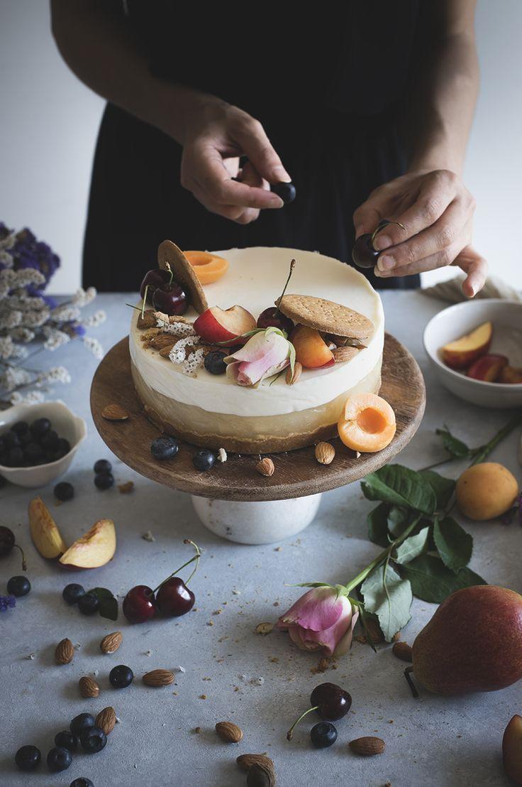 La torta di panna cotta alle mandorle e gelee di pere, è un dolce originale che unisce alla base di biscotto, la pannacotta con latte di mandorle e pere
