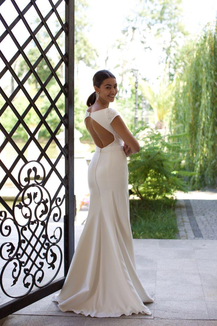 Suknia ślubna Ines - prosta, wytworna, elegancka, odsłaniająca plecy - dostępna w Galerii Ślubu Kamea