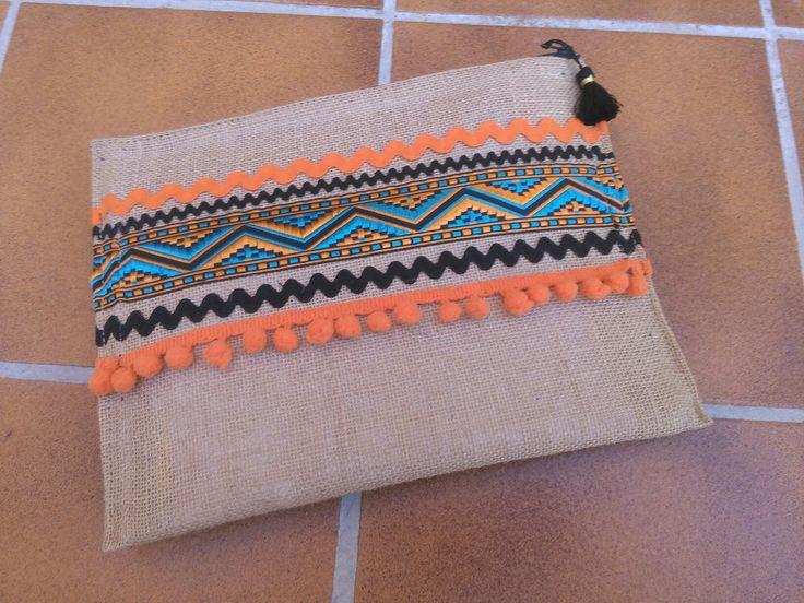 Clutch estilo BohoChic en tela de saco y abalorios en tonos naranjas .Junio 2016*byXisca*