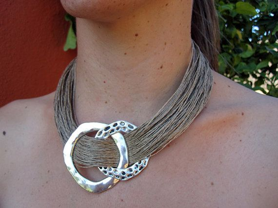 Items similar to Collar lino natural 2 anillas metalicas en color plata grabado fantasia.Hecho a mano 100%. Estilo Mediterraneo on Etsy