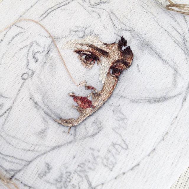 Люблю, когда из карандашного невзрачного рисунка-наброска начинает проявляться цветное живое изображение) #вышивка #рукоделие #ручнаяработа #ручнаявышивка #искусство #копия #миниатюра #vintagestyle #handembroidery #handmade #embroidery #art #portrait #stitches #картина #вышитыекартины #вышитыйпортрет #творчество