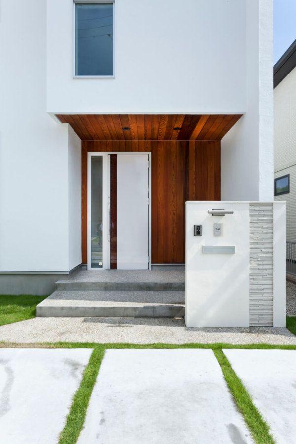 玄関まわりには、白い塗り壁に映えるレッドシダーを採用。