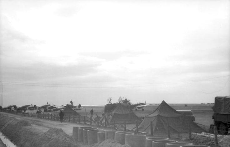 Dänemark 1940, Zelte am Rand eines Feldflugplatzes, im Vordergrund bereitgestellte Betonrohre (für Entwässerung?)