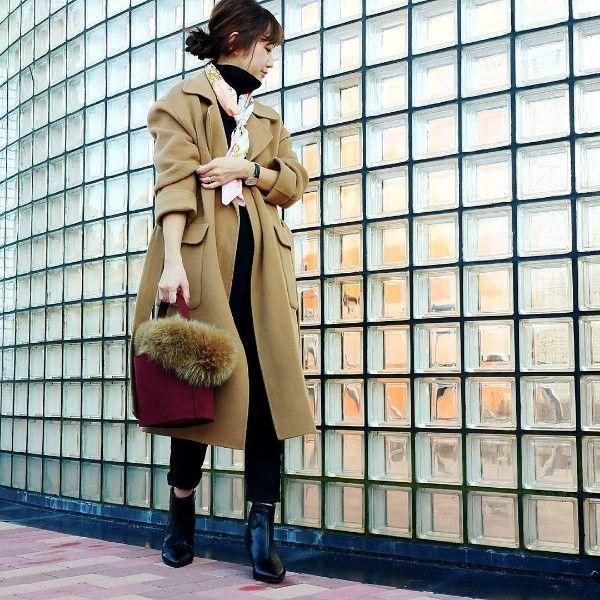 ベージュオーバーサイズコート・黒タートルネックニット・スカーフ・黒アンクルパンツ・ファー付きワインバケツバッグ・黒ショートブーツ