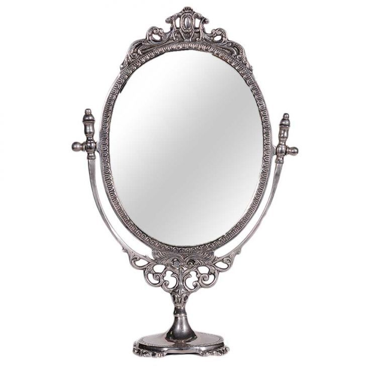 Espelho com moldura produzida em metal. Apresentando detalhes ricamente ornamentados, o item tem a capacidade de proporcionar uma sensação de amplitude e iluminar o espaço em que estiver exposto, além de quando bem posicionado pode ajudar a ressaltar a decoração, sendo uma alternativa elegante e sofisticada para valorizar seus cômodos.