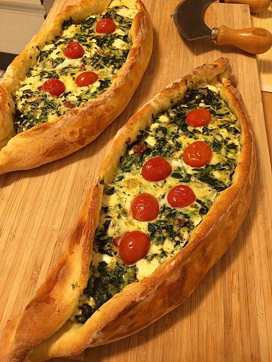 Pide mit Spinat und Schafskäse, ein tolles Rezept aus der Kategorie Brot und Brötchen. Bewertungen: 95. Durchschnitt: Ø 4,3.