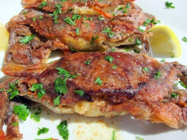 tempura de siri-mole, com os crustáceos limpos, empanados e rapidamente imersos na gordura