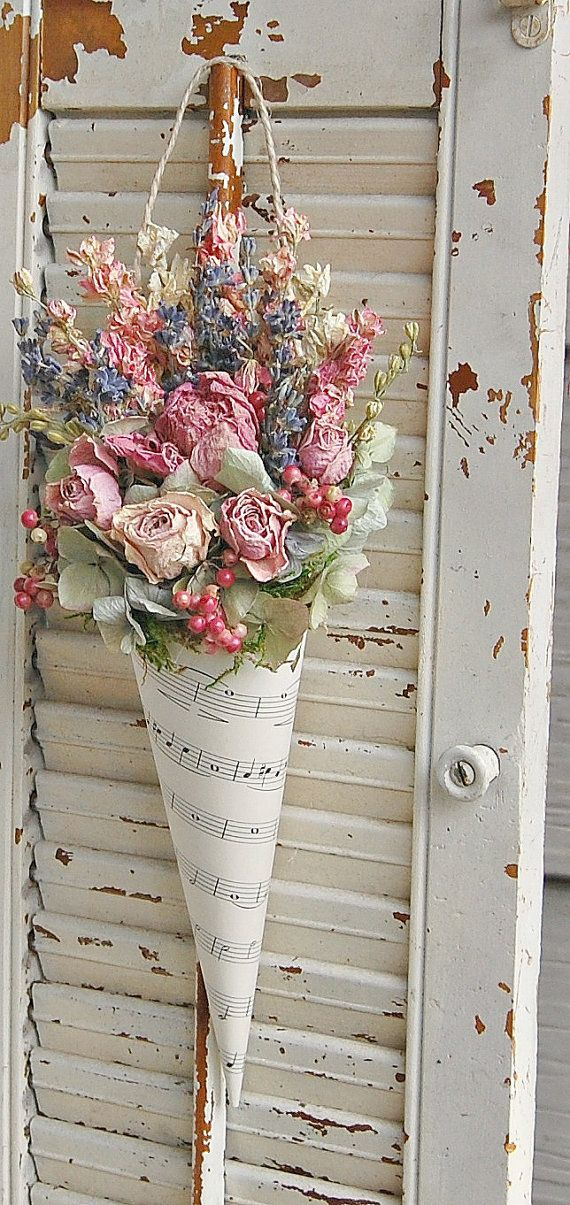 Arreglo de flores secas con lavanda, rosas, hortensias, partitura cono