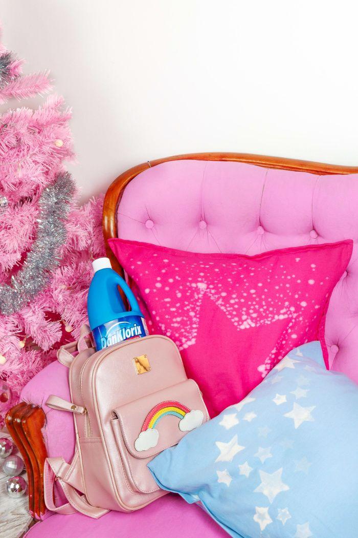 Werbung: Kissen weihnachtlich mit Sternen verzieren – Genialer DIY Hack mit DanKlorix Mit diesem einfachen DIY Deko Hack verzierst du einfache Kissen im Handumdrehen mit einem weihnachtlichen Sternenmuster. Der Trick: Dank der Bleichwirkung wird dunkler Stoff weiß und du kannst mit Stempeln beliebig experimentieren und alte Kissen verschönern.