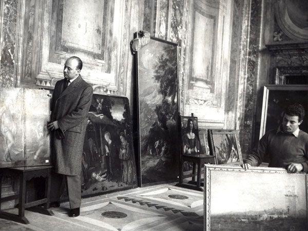 Siviero con il dipinto Pigmalione e Galatea del Bronzino, oggi alla Galleria degli Uffizi.