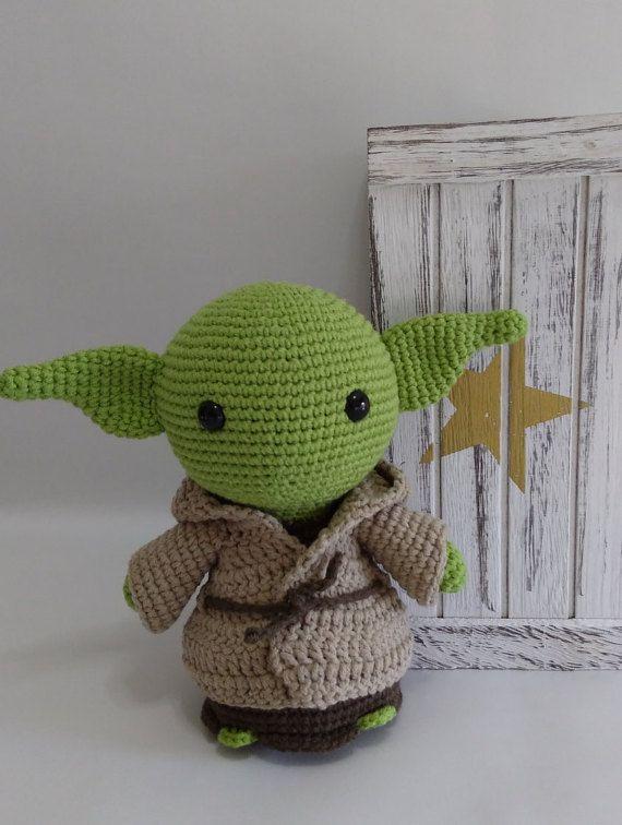 Setzt sich mit der Sammlung Star Wars Amigurumi!  Yoda ist ein Amigurumi weichen. Es ist mit Thread Premium Katia, erfolgt deren Zusammensetzung 50 % Baumwolle und 50 % Acryl. Die Augen sind Sicherheit und die Füllung ist hypoallergen Polyester.  Es misst ca. 18 cm in der Höhe.