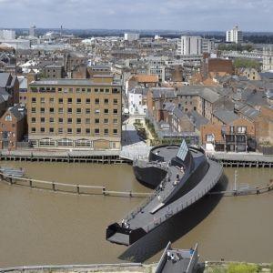 River Hull Footbridge ou Scale Lane Swing Bridge est un pont tournant, passerelle pour vélos et piétons, un pont en acier  achevé en 2013. Le projet est situé à Kingston upon Hull, Angleterre, Royaume-Uni, Europe.